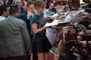 Jennifer Lawrence firmando a los fans