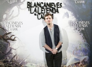 Sam Claflin en la presentación de Blancanieves y la leyenda del cazador