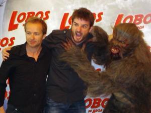 Cote Soler, Gorka Otxoa, y el lobo en la presentación de Lobos de Arga