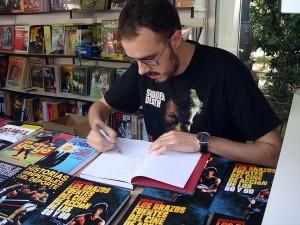Diego Arjona firmando ejemplares de su libro