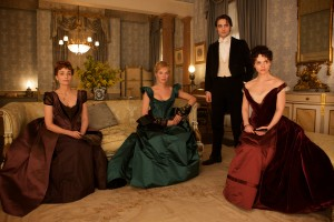 Kristin Scott Thomas, Uma Thurman, Robert Pattinson, y Christina Ricci en Bel Ami, historia de un seductor