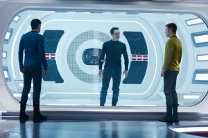 Zachary Quinto, Benedict Cumberbatch, y Chris Pine en Star Trek: En la oscuridad