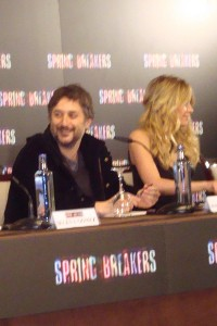 Harmony Korine y Ashley Benson en la rueda de prensa Spring Breakers