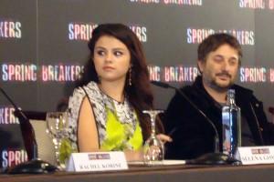 Selena Gomez y Harmony Korine en la rueda de prensa Spring Breakers