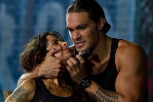 Sarah Shahi y Jason Momoa en Una bala en la cabeza