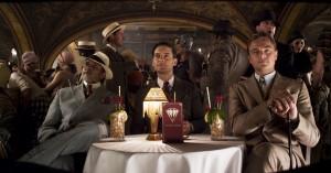 Amitabh Bachchan, Tobey Maguire y Leonardo DiCaprio en El gran Gatsby (2013)