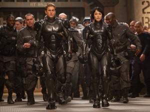 Charlie Hunnam y Rinko Kikuchi en Pacific Rim (2)