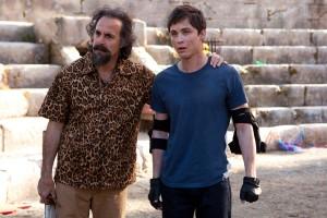 Stanley Tucci y Logan Lerman en Percy Jackson y el mar de los monstruos
