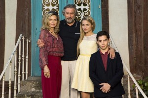 Michelle Pfeiffer, Robert De Niro, Diana Agron, y John D'Leo en Malavita