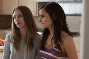 Taissa Farmiga y Emma Watson en The blind ring