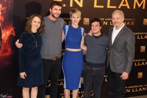 Nina Jacobson, Liam Hemsworth, Jennifer Lawrence, Josh Hutcherson, y Francis Lawrence en la presentación de Los juegos del hambre: En llamas