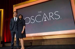 Chris Hemsworth y la presidenta de la academia Cheryl Boone Isaacs en las nominaciones a los Oscars 2014