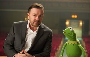Ricky Gervais y la rana Gustavo en El tour de los muppets