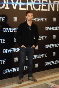 Theo James en la presentación de Divergente