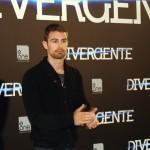 Theo James en la presentación de Divergente (2)
