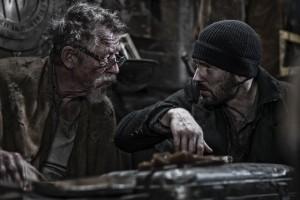 John Hurt y Chris Evans en Snowpierce (Rompenieves)