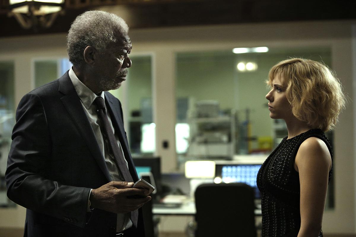Morgan Freeman y Scarlett Johansson en Lucy