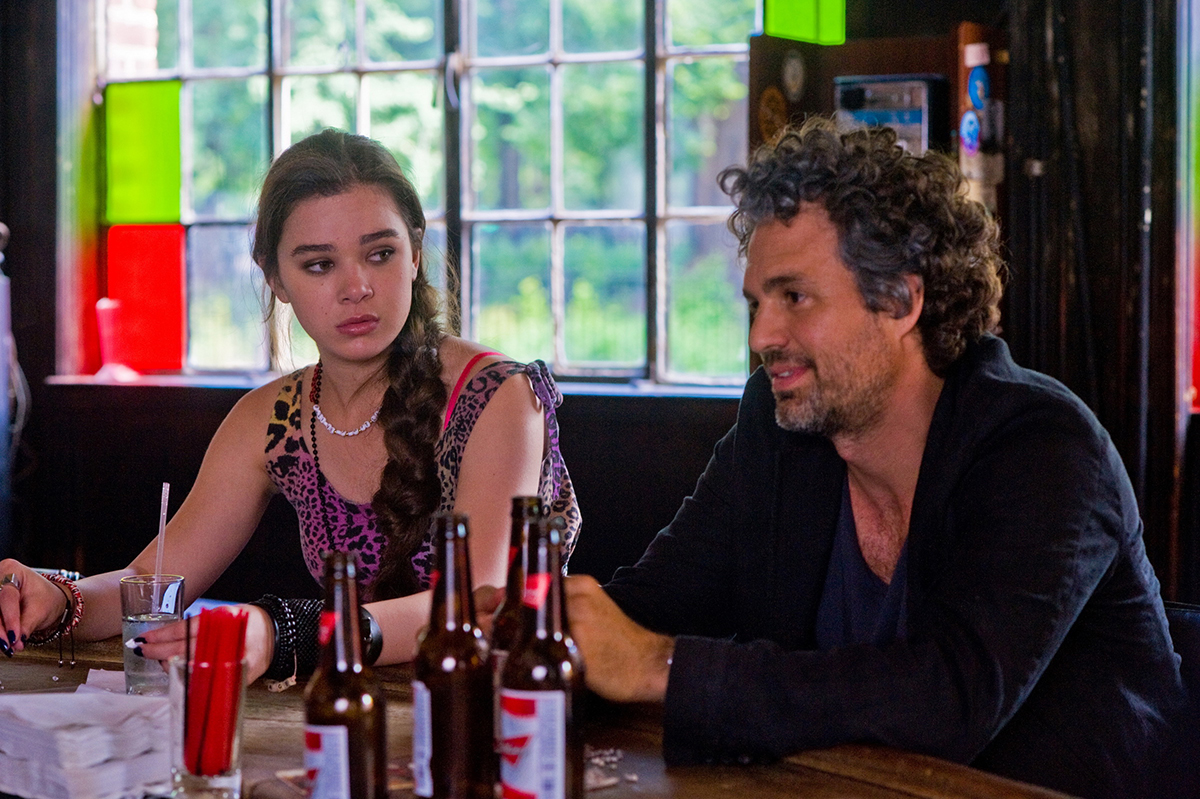 Hailee Steinfeld y Mark Ruffalo en Begin Again