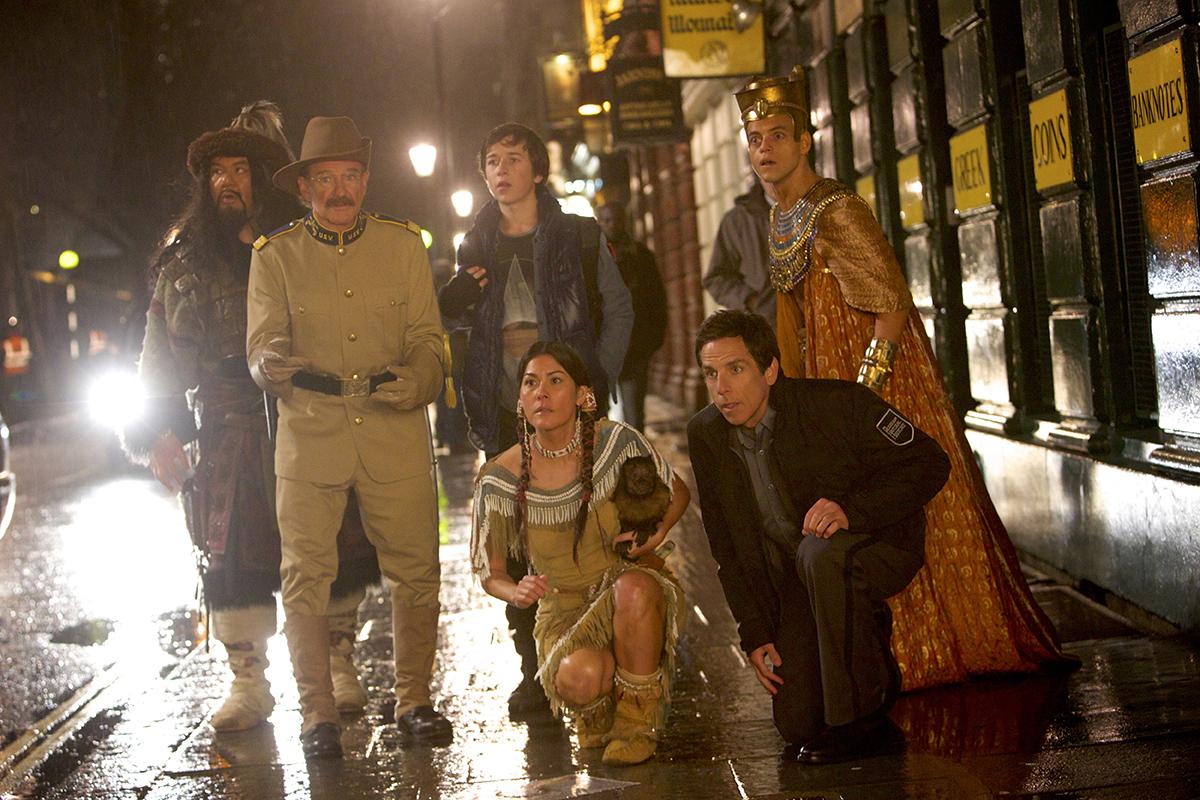 Patrick Gallagher, Robin Williams, Skyler Gisondo, Mizuo Peck, Ben Stiller, y Rami Malek en Noche en el museo: El secreto del faraón