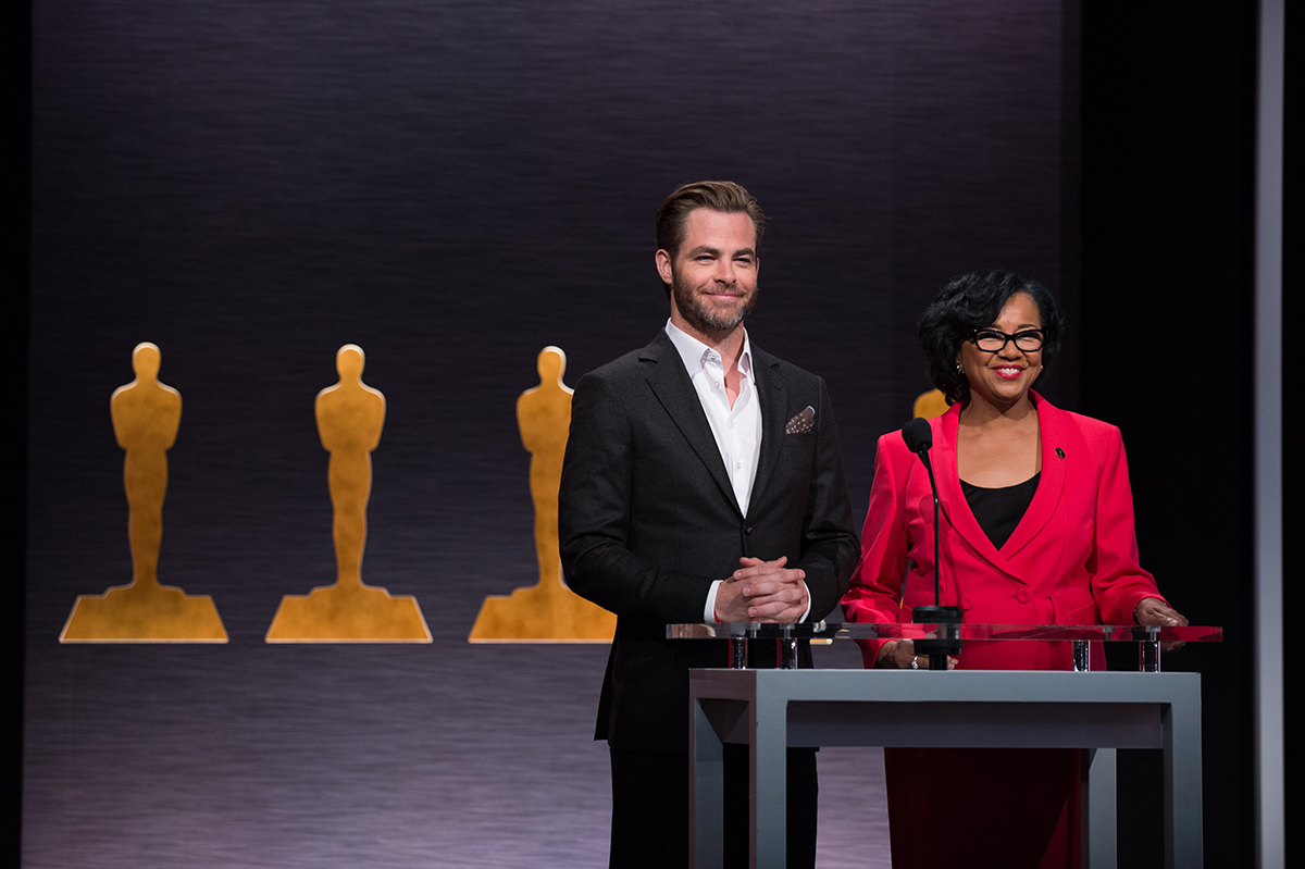 Chris Pine y la presidenta de la academia Cheryl Boone Isaacs en las nominaciones a los Oscars 2015
