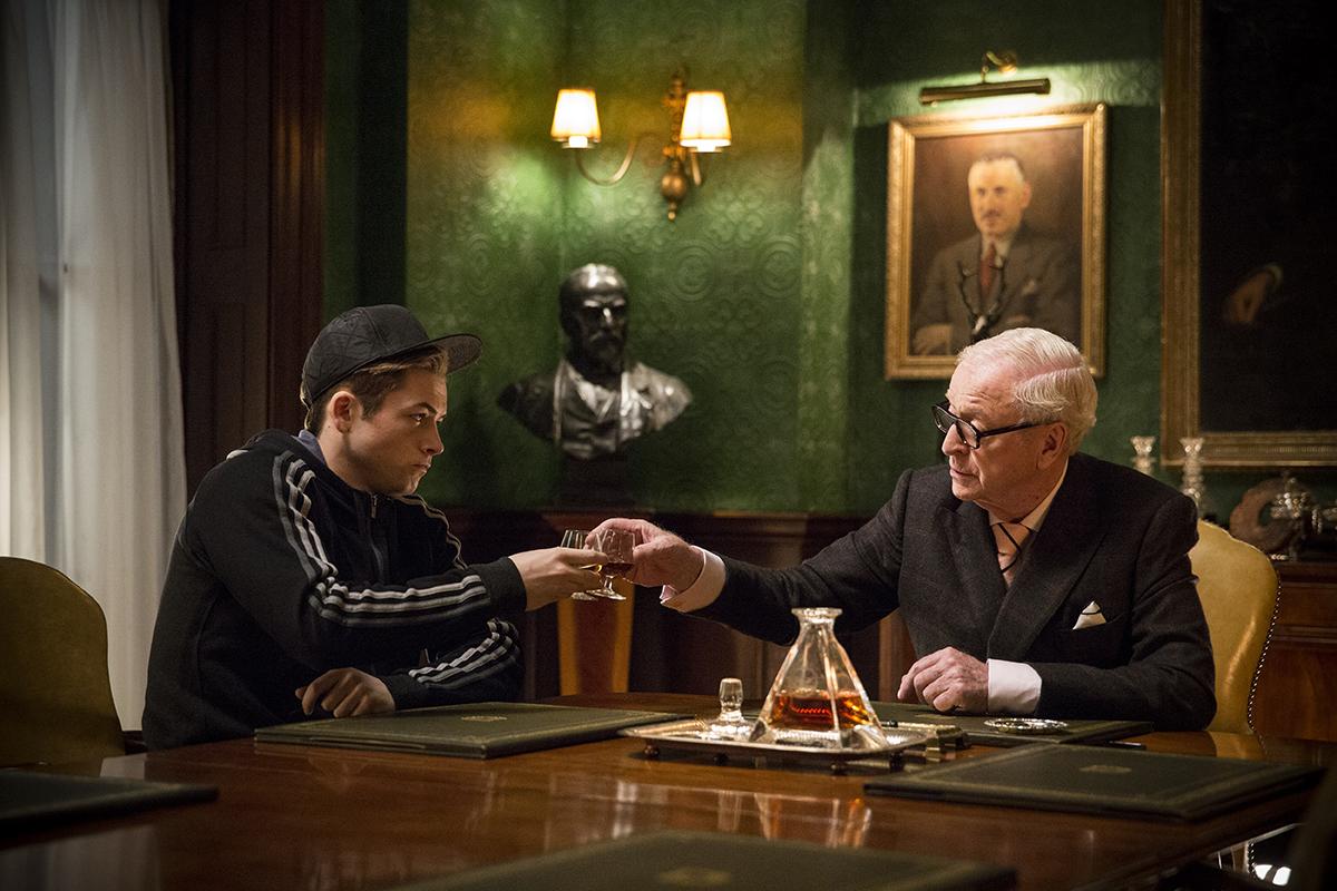 Taron Egerton y Michael Caine en Kingsman: Servicio secreto