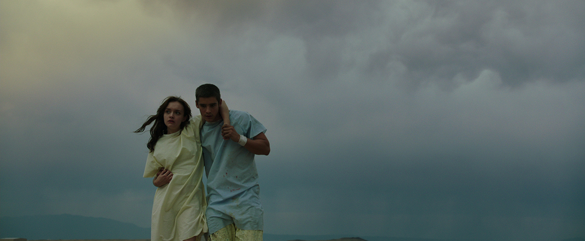 Olivia Cooke y Brenton Thwaites en La señal