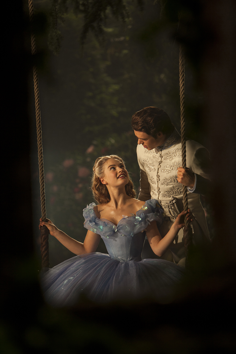 Lily James y Richard Madden en Cenicienta (2015)