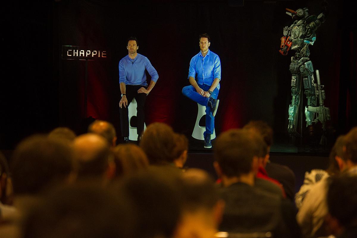 Hugh Jackman y Neill Blomkamp  en la rueda de prensa holográfica de Chappie