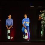 Hugh Jackman y Neill Blomkamp en la rueda de prensa holográfica de Chappie (4)