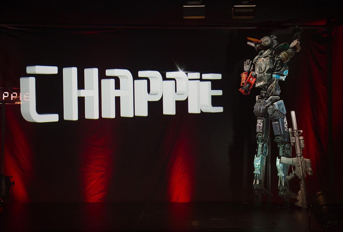Logo y Chappie en la rueda de prensa holográfica de Chappie