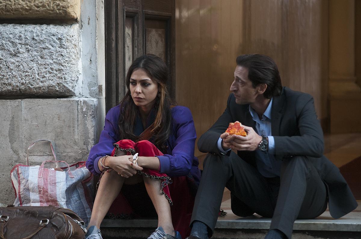 Moran Atias y Adrien Brody en En tercera persona