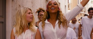 Hannah Arterton y Leona Lewis en Walking on Sunshine