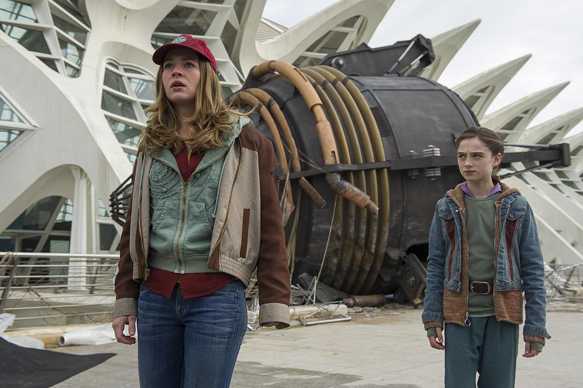 Britt Robertson y Raffey Cassidy en Tomorrowland: El mundo del mañana