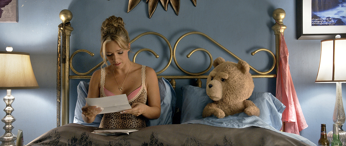Jessica Barth y Ted en Ted 2