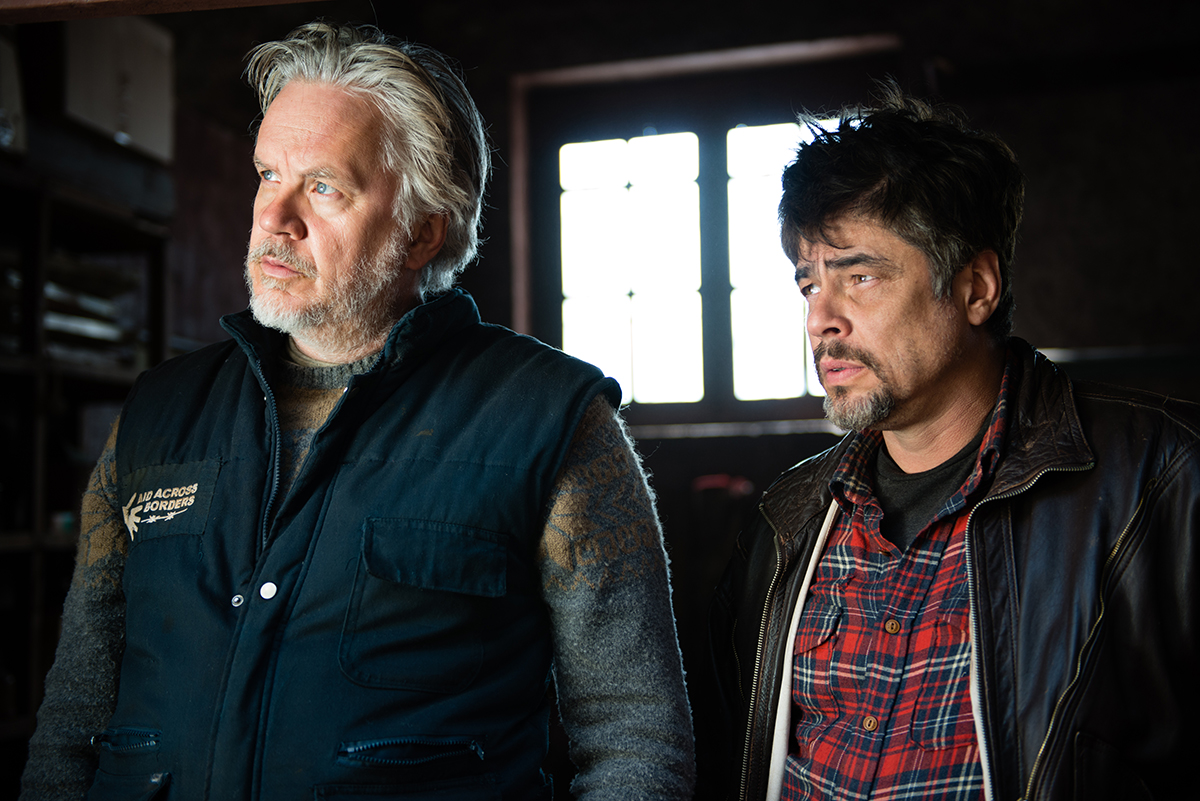 Tim Robbins y Benicio Del Toro en Un día perfecto