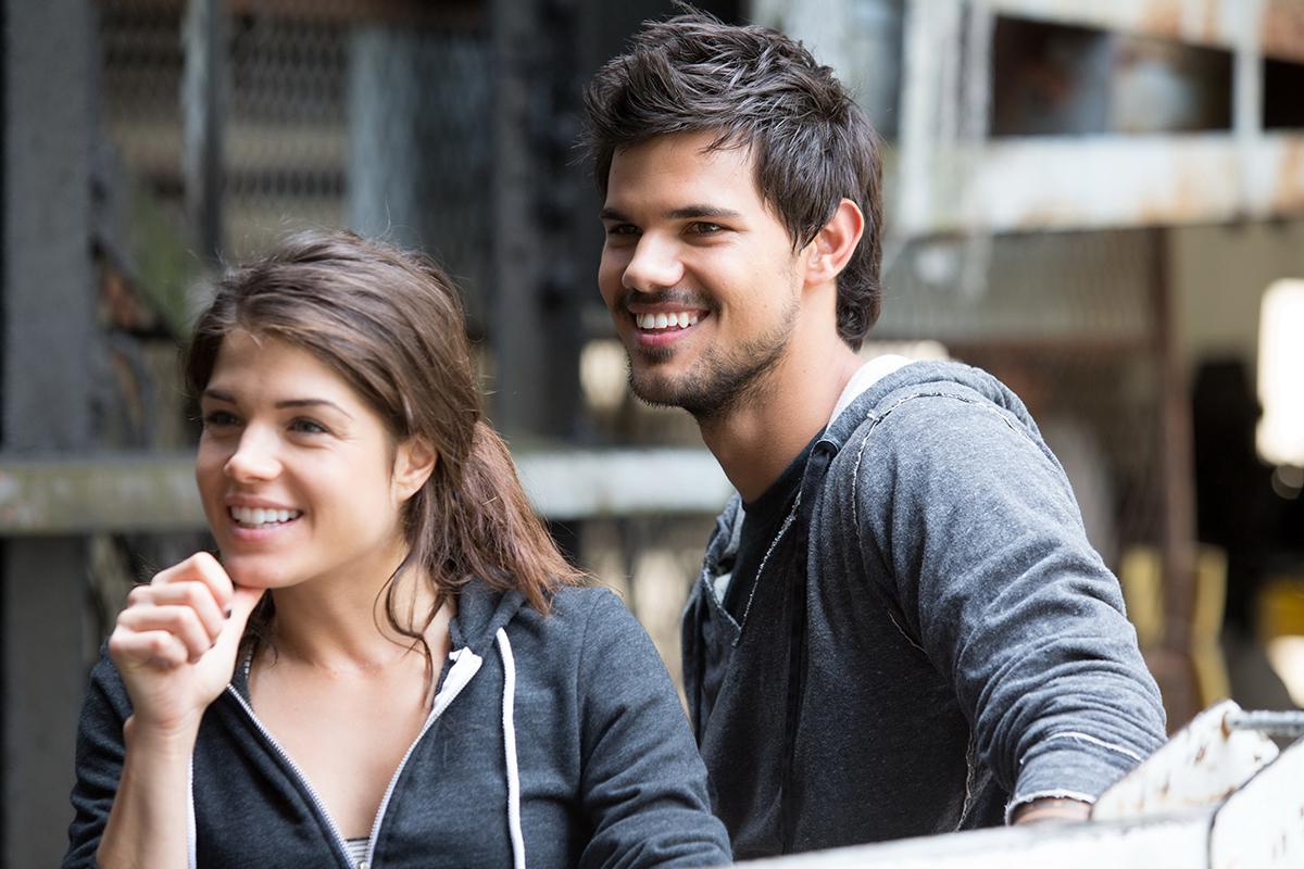 Marie Avgeropoulos y Taylor Lautner en Tracers