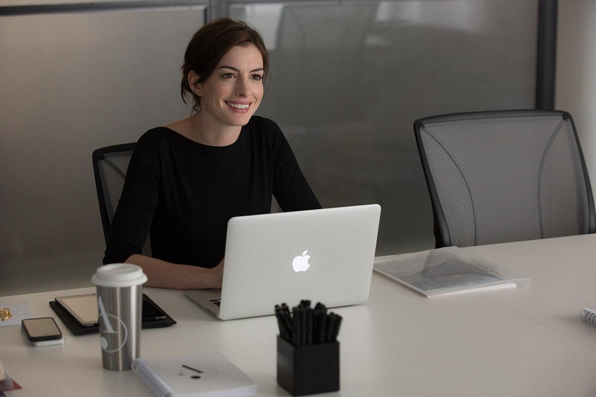 Anne Hathaway en El becario
