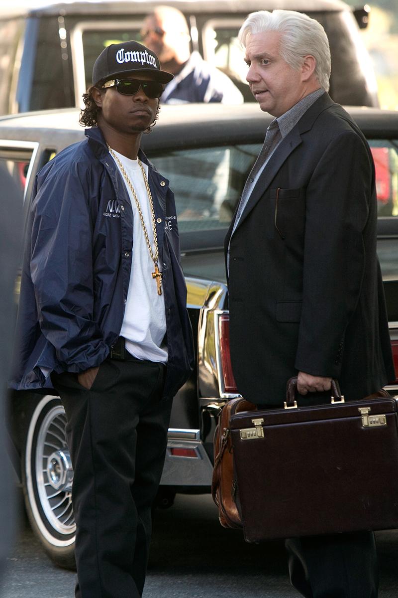 Jason Mitchell y Paul Giamatti en Straight Outta Compton
