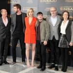 Jon Kilik, Liam Hemsworth, Jennifer Lawrence, Josh Hutcherson, Francis Lawrence y Nina Jacobson en la presentación de prensa de Los juegos del hambre: Sinsajo - Parte 2 (2)