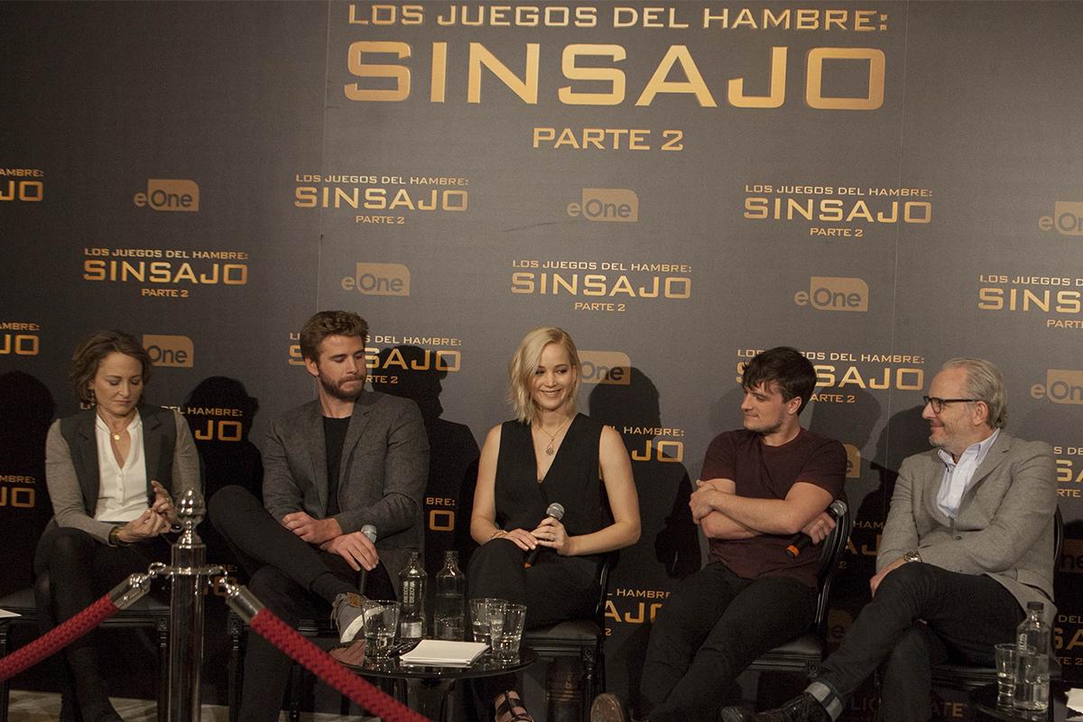 Nina Jacobson, Liam Hemsworth, Jennifer Lawrence, Josh Hutcherson y Francis Lawrence en la rueda de prensa de Los juegos del hambre: Sinsajo - Parte 2