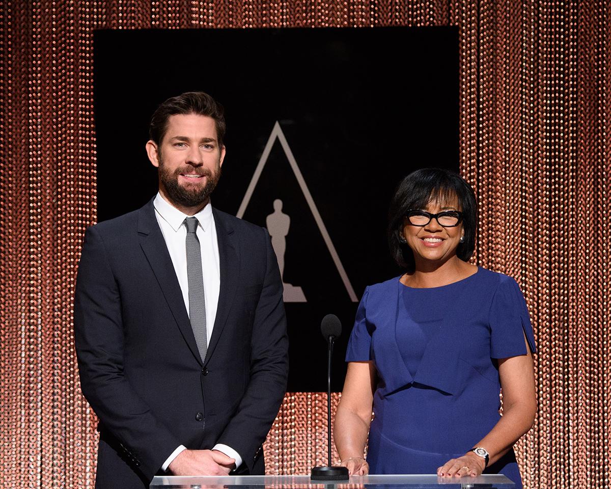 John Krasinski y la presidenta de la academia Cheryl Boone Isaacs en las nominaciones a los Oscars 2016