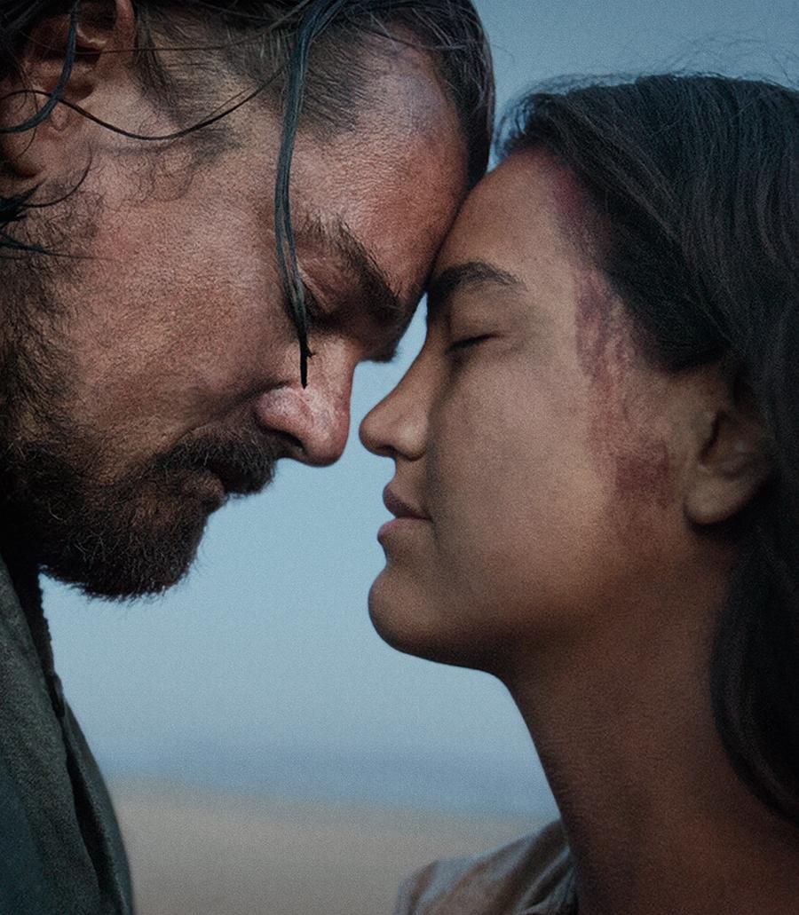 Leonardo DiCaprio y Grace Dove en El renacido