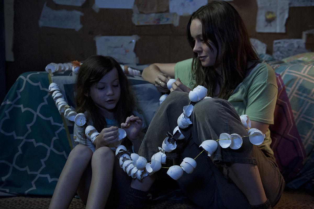 Jacob Tremblay y Brie Larson en La habitación
