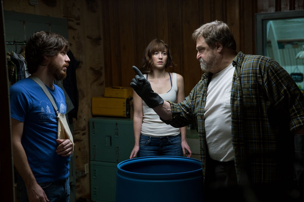 John Gallagher Jr., Mary Elizabeth Winstead y John Goodman en Calle Cloverfield 10