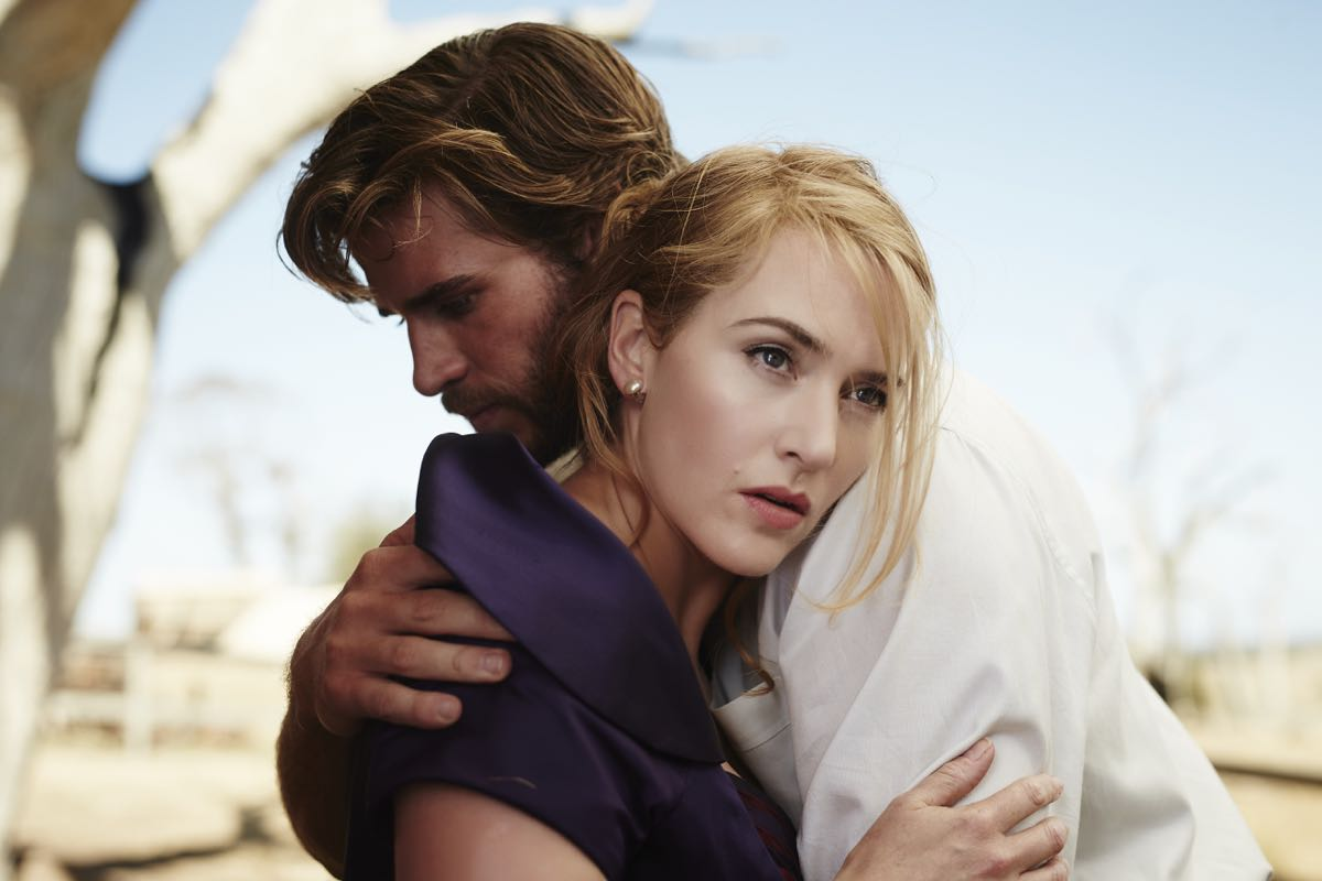 Kate Winslet y Liam Hemsworth en La modista