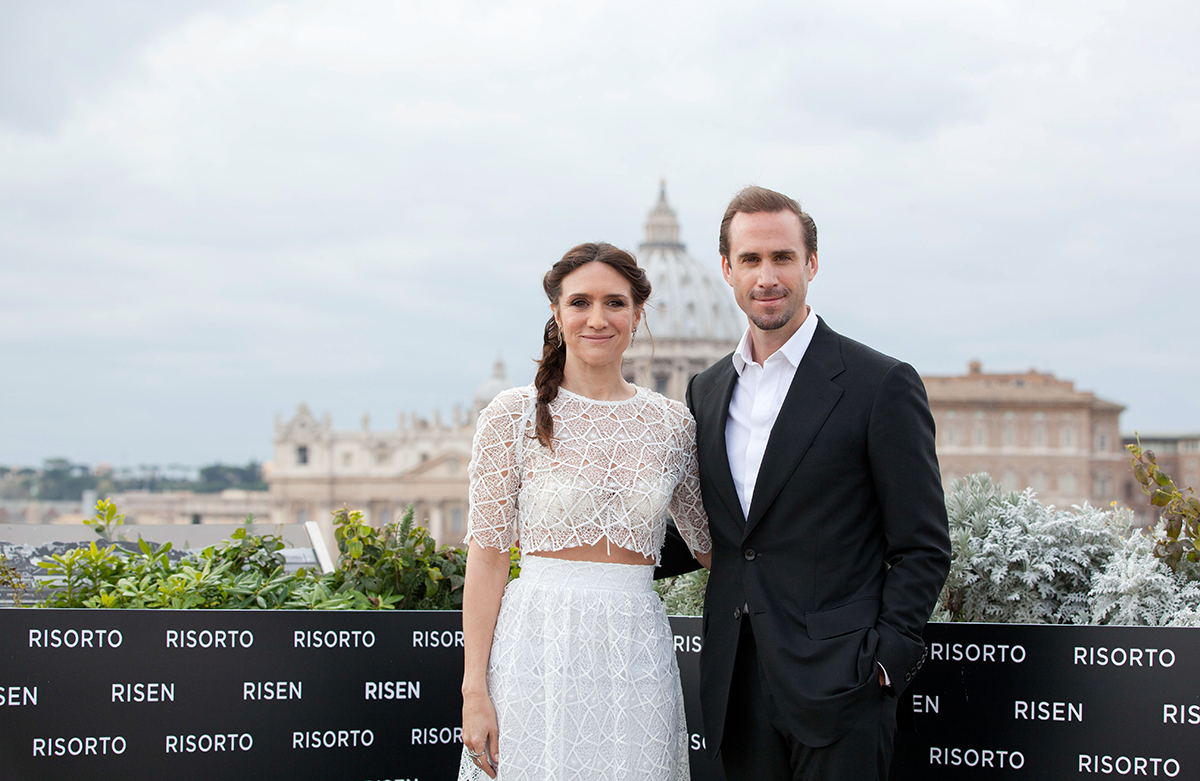 María Botto y Joseph Fiennes en la presentación de Resucitado en Roma (2)
