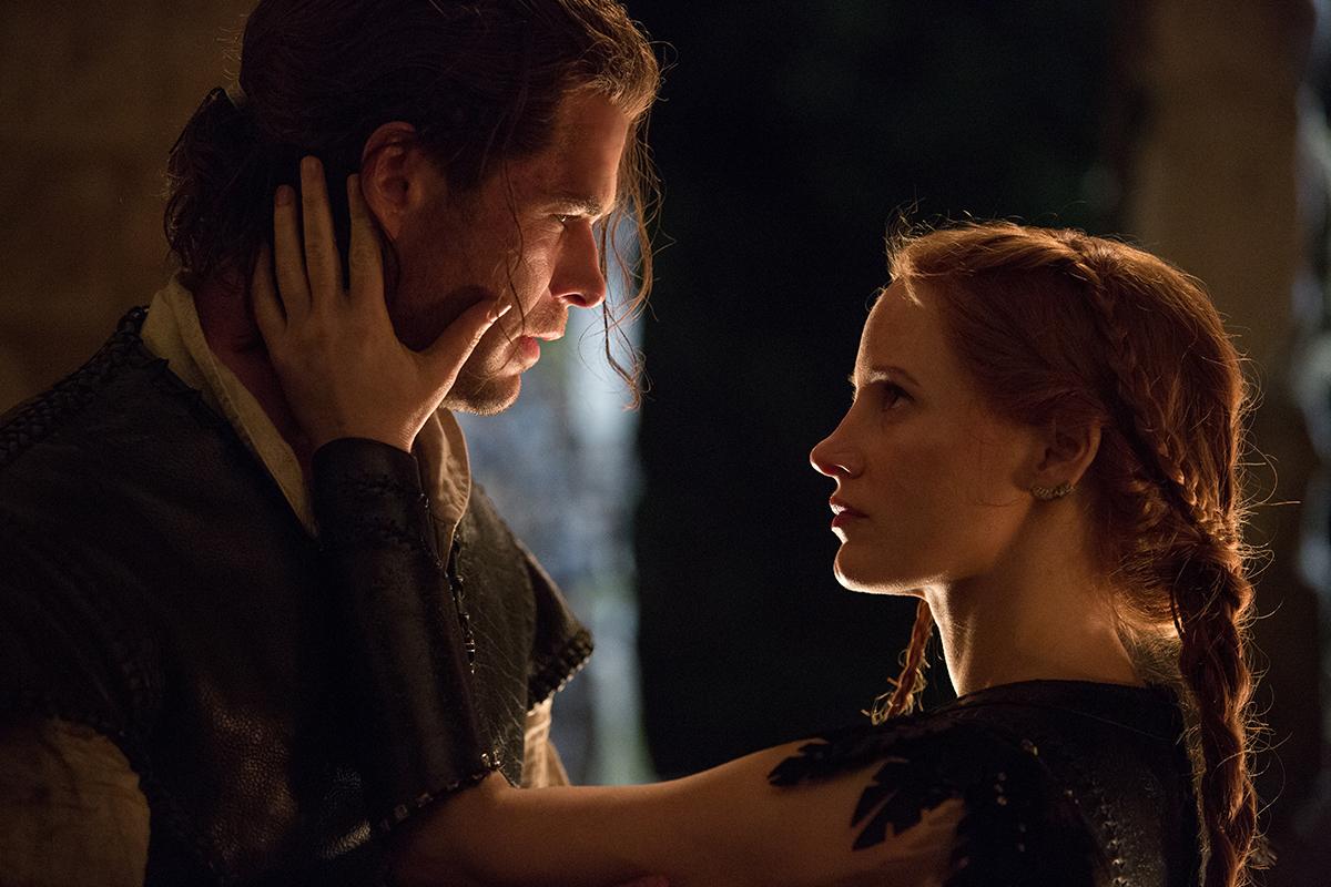 Chris Hemsworth y Jessica Chastain en Las crónicas de Blancanieves: El Cazador y la Reina del Hielo