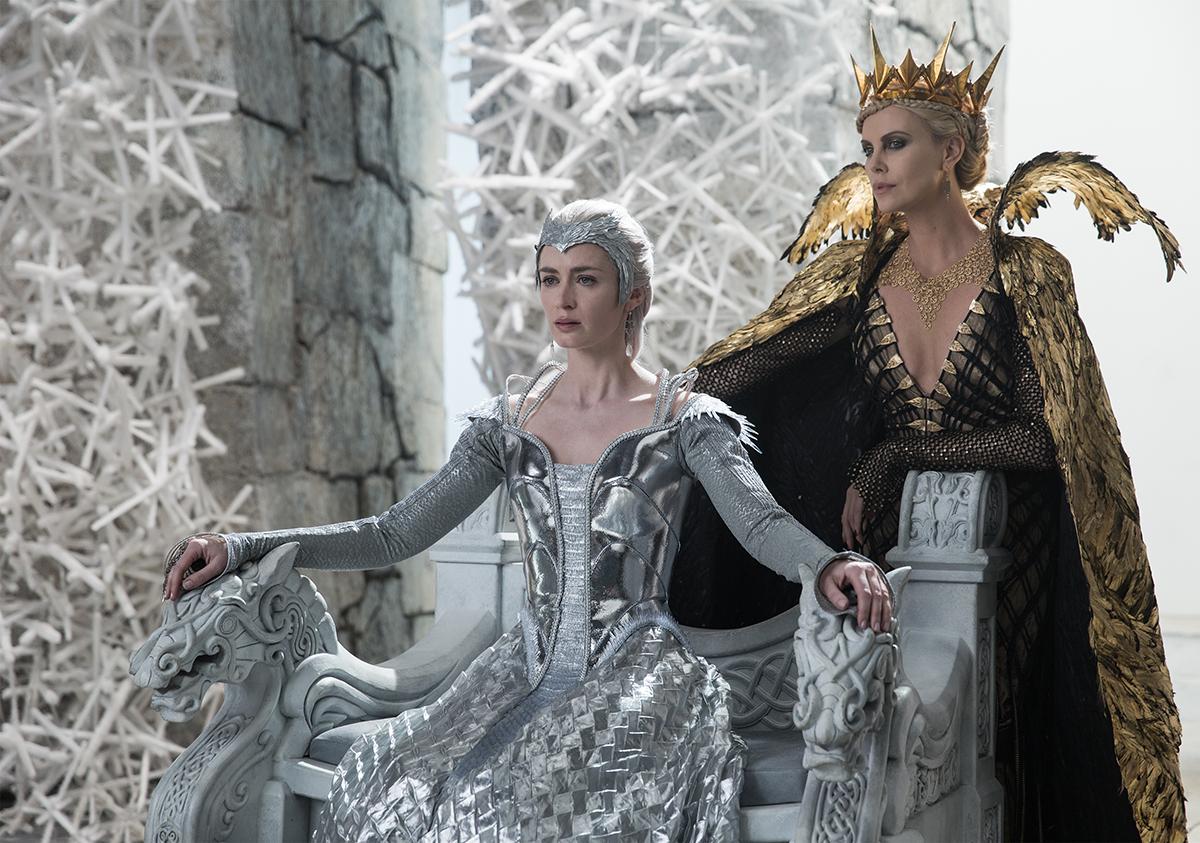 Emily Blunt y Charlize Theron en Las crónicas de Blancanieves: El Cazador y la Reina del Hielo