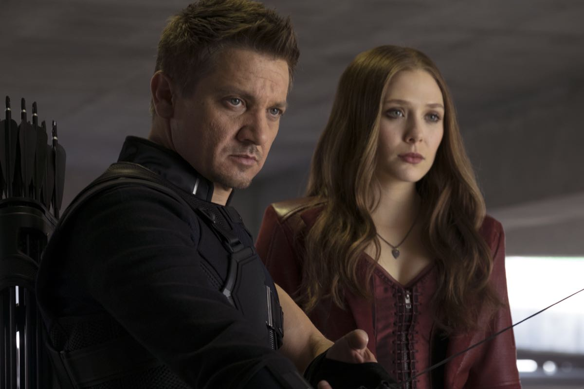 Jeremy Renner y Elizabeth Olsen en Capitán América: Civil War