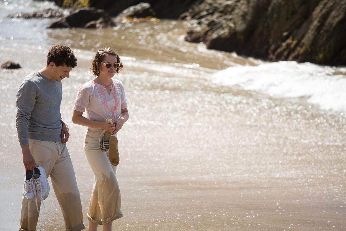 Jesse Eisenberg y Kristen Stewart en Café Society